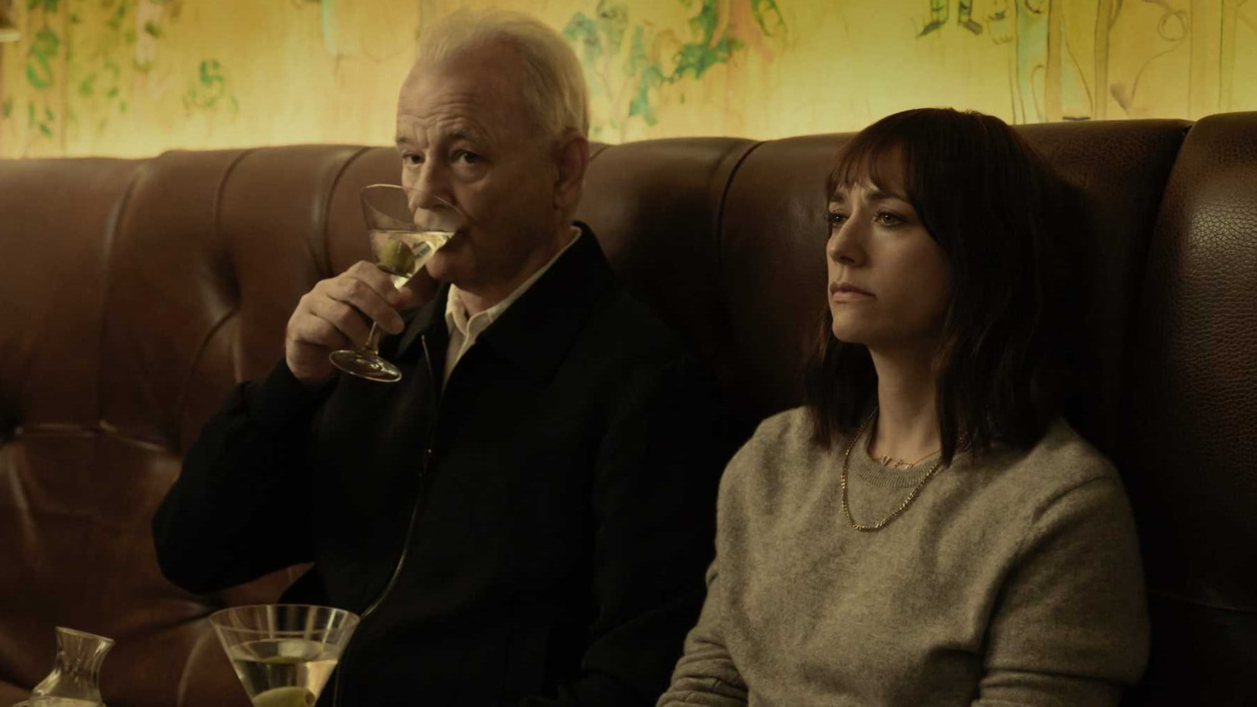 Bill Murray et Rashida Jones boivent un cocktail dans On The Rocks