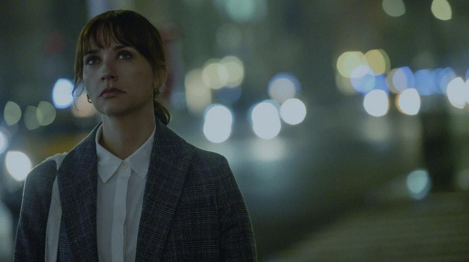 Laura (Rashida Jones) dans la rue dans On the rocks