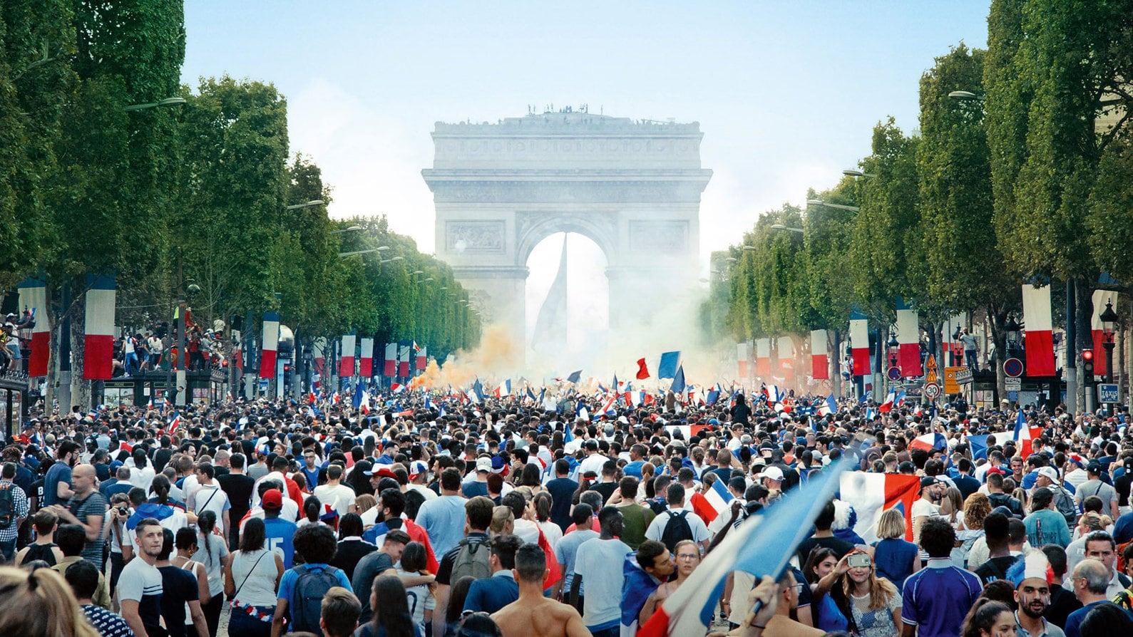 L'Avenue des Champs-Élysées lors de la victoire de la France en Coupe du Monde dans Les misérables