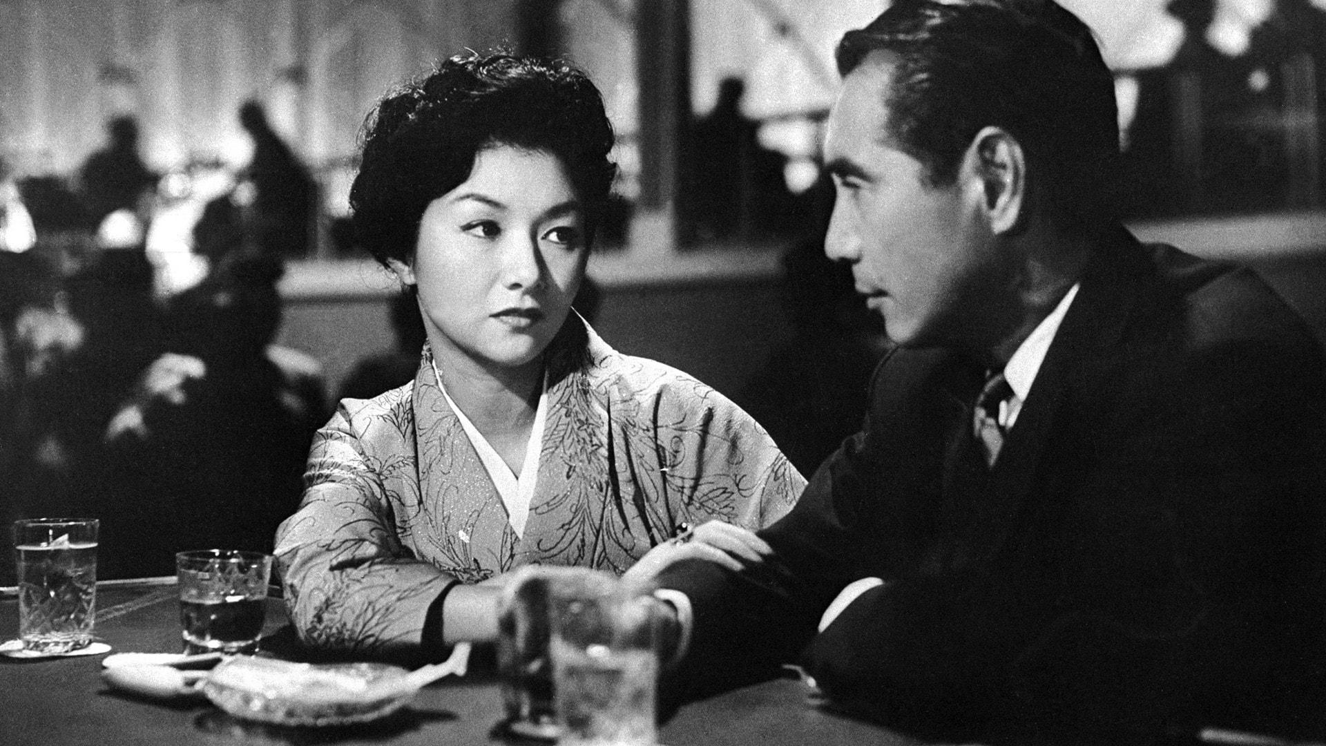 Hideko Takamine et Masayuki Mori parlent dans un bar dans