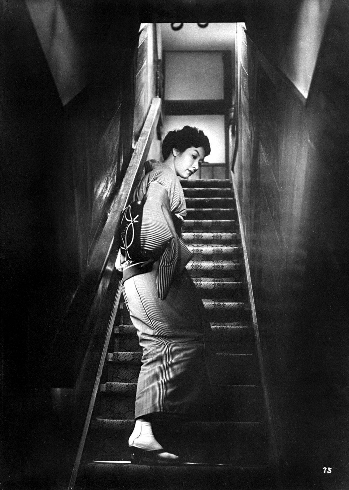 Hideko Takamine monte l'escalier dans Quand une femme monte l'escalier