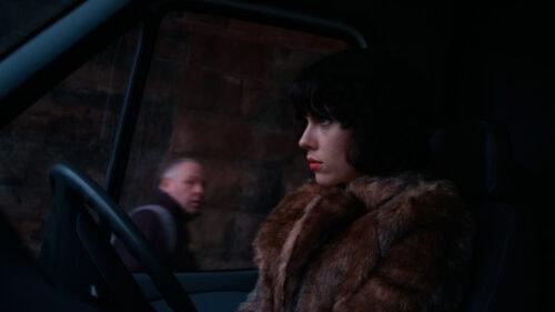 Laura (Scarlett Johansson) au volant de sa voiture dans Under the skin