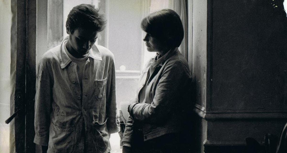 Jeanne (Macha Méril) et Jean (Patrick Jouané) discutent sur le rebord d'une fenêtre dans Au pan coupé