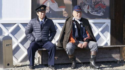 Les deux personnages principaux assis sur un banc dans Extro
