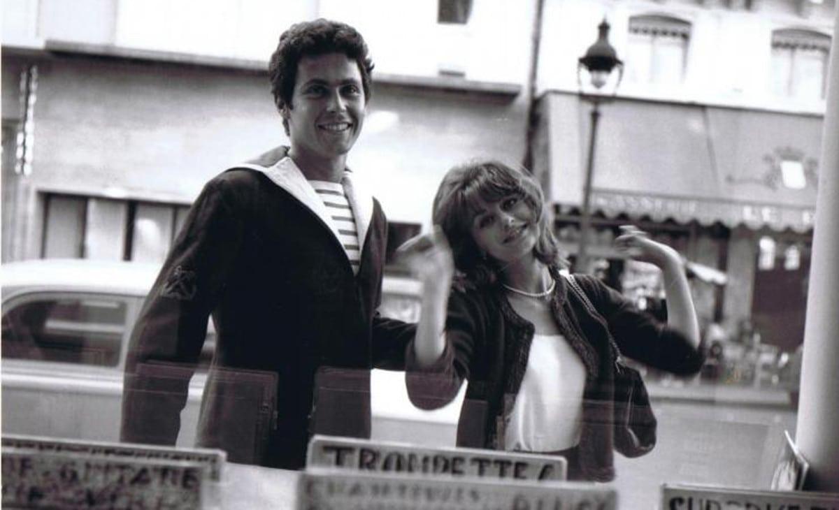Daniel (Daniel Moosmann) et Geneviève (Geneviève Thénier) devant une vitrine dans L'amour à la mer