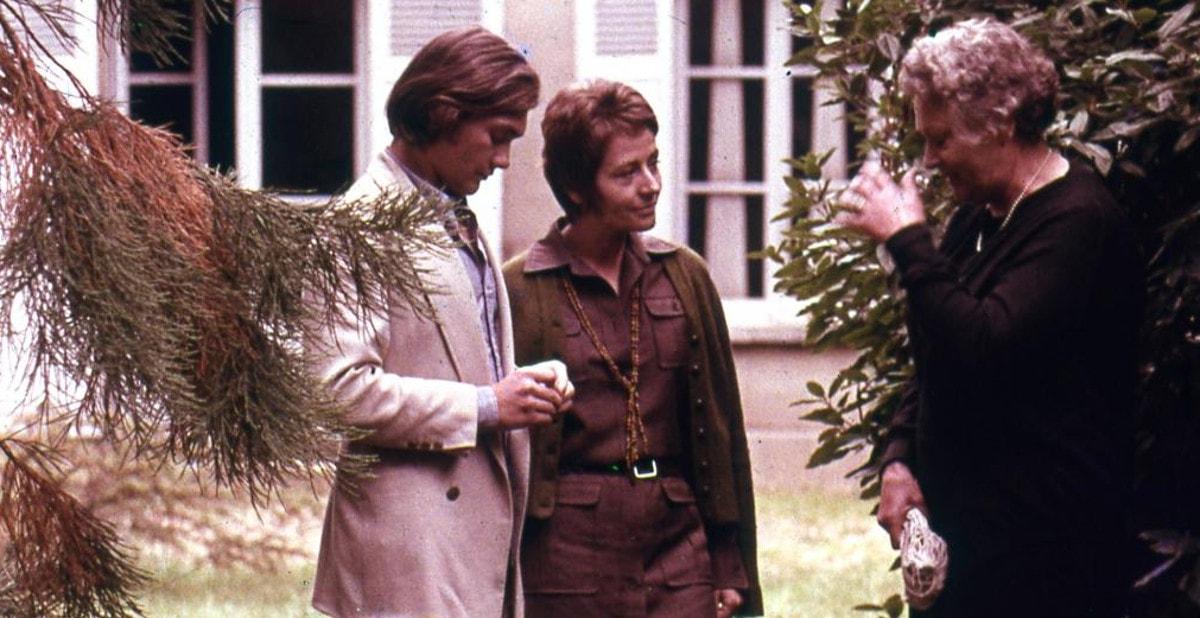 Madame Larivière (Edwige Feuillère), Maria (Annie Girardot) et Pierre (Patrick Jouané) dans un jardin dans Le clair de terre