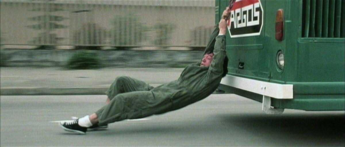 Jackie Chan tiré sur la route par un bus dans Police Story