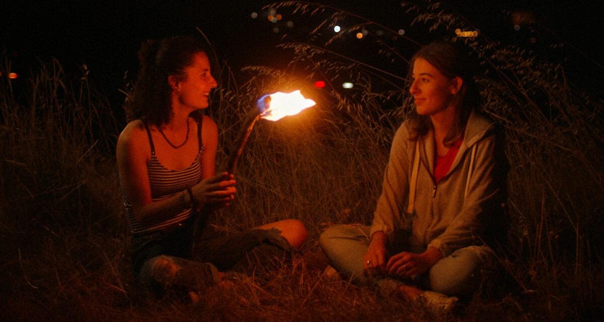 Lou (Lou Vaultier) et Sam (Flavie Pons) autour d'un feu dans Pyrale