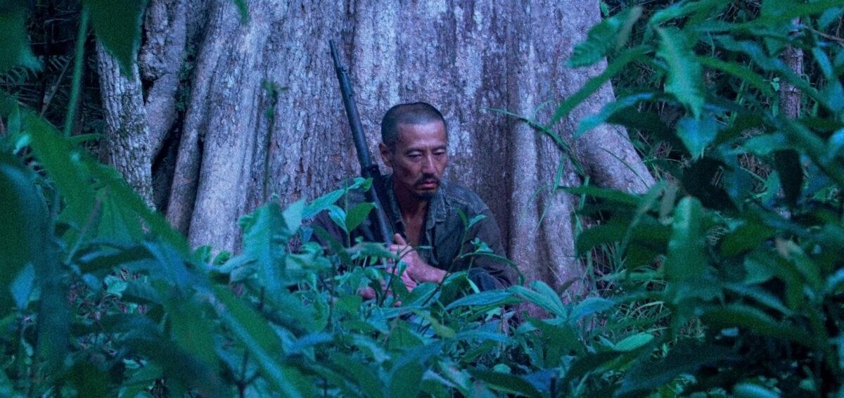 Onoda vieux assis seul dans la jungle dans Onoda