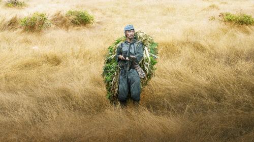 Onoda camouflé dans la jungle dans Onoda
