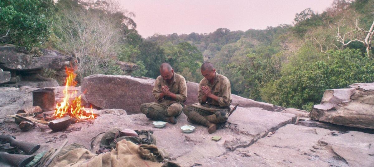 Ona et son fidèle second priant dans la jungle dans Onoda