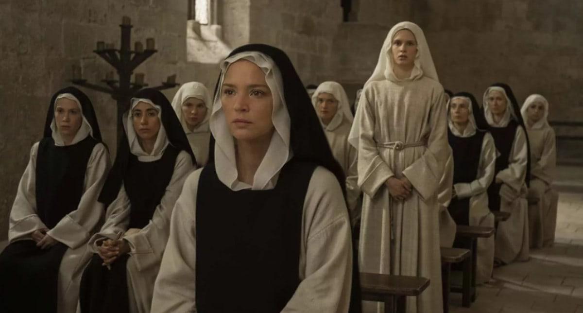 Daphne Patakia et Virginie Efira durant une messe à l'église dans Benedetta