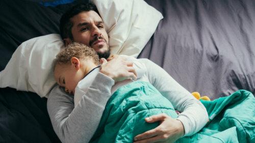 Mehdi (Soufiane Guerrab) avec le bébé dans ses bras dans De bas étage