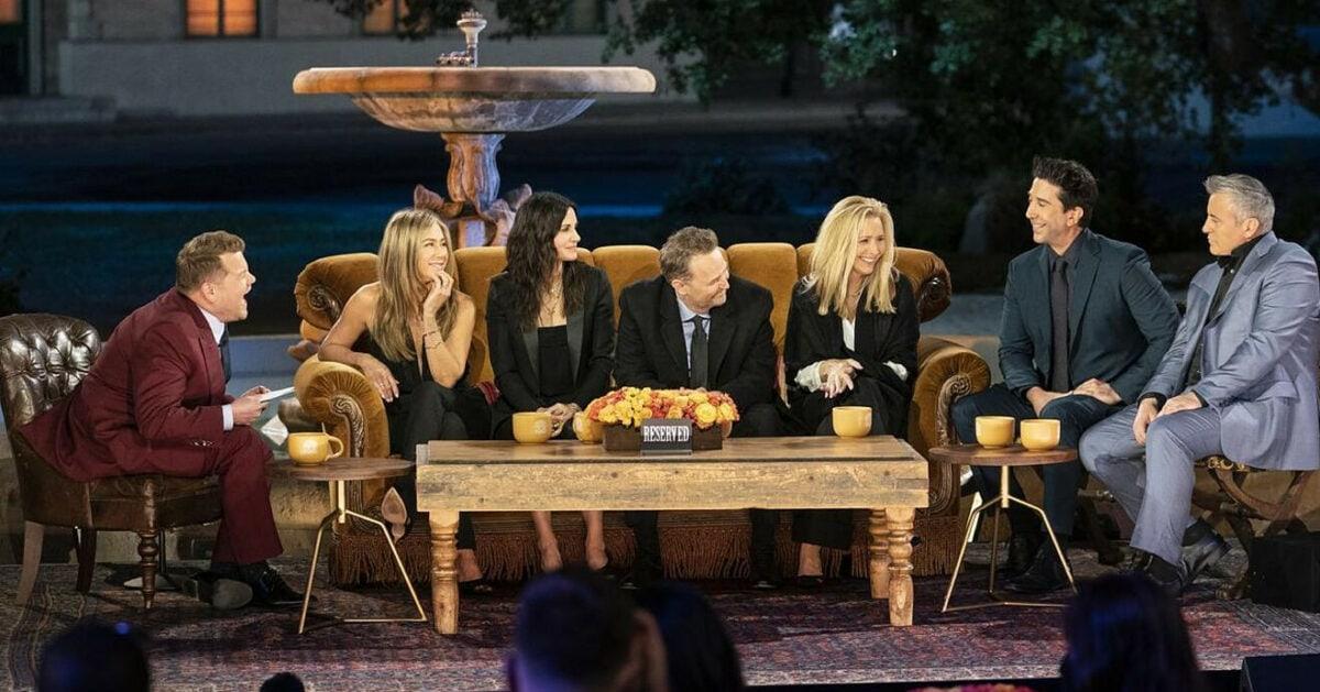 Tous les personnages de Firends et les créateurs de la série, sur scène, durant leurs retrouvailles dans Friends : The Reunion
