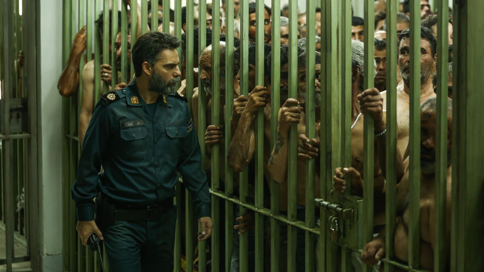 Samad (Payman Maadi) passe devant les prisonniers dans La Loi de Téhéran