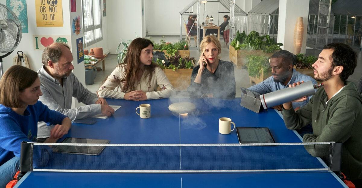 Une réunion autour de la table de ping-pong dans la start-up dans Les 2 Alfred