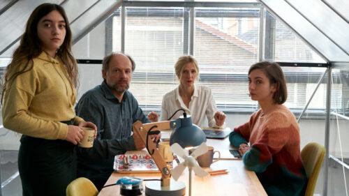 Alexandre (Denis Podalydès) en réunion sous une serre dans la start-up dans Les 2 Alfred