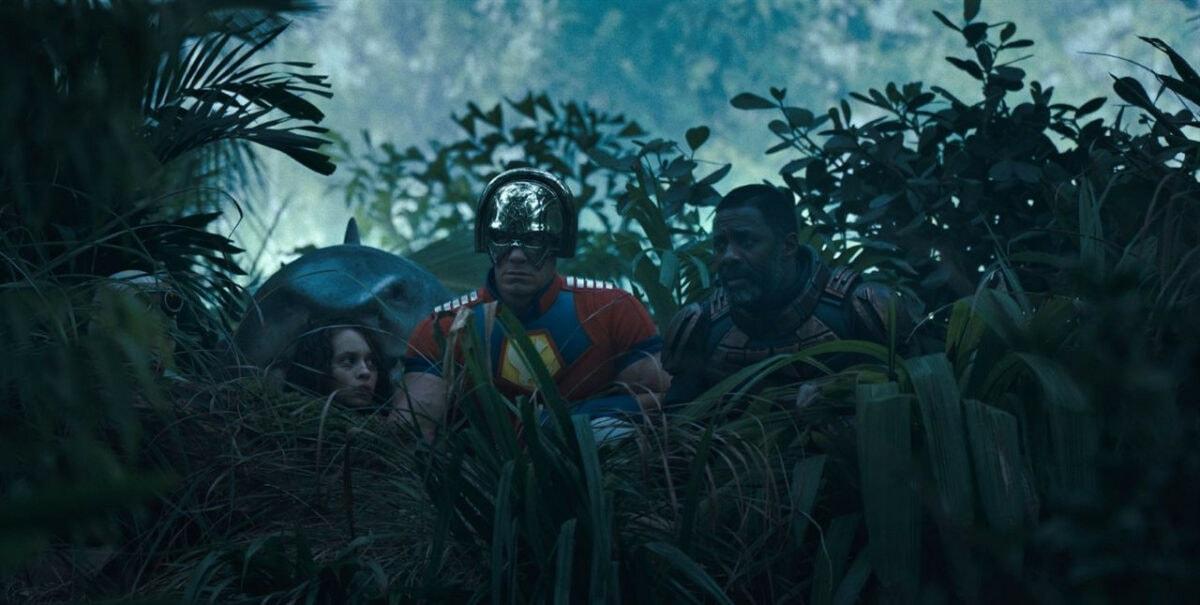 John Cena , Steve Agee , David Dastmalchian , Daniela Melchior et Idris Elba dans la forêt dans The Suicid Squad