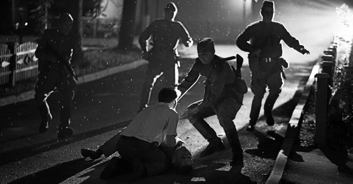 Un combat dans la rue entre révolutionnaires dans Chers Camarades !