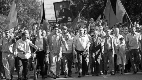 Les ouvriers en révolte dans Chers Camarades !