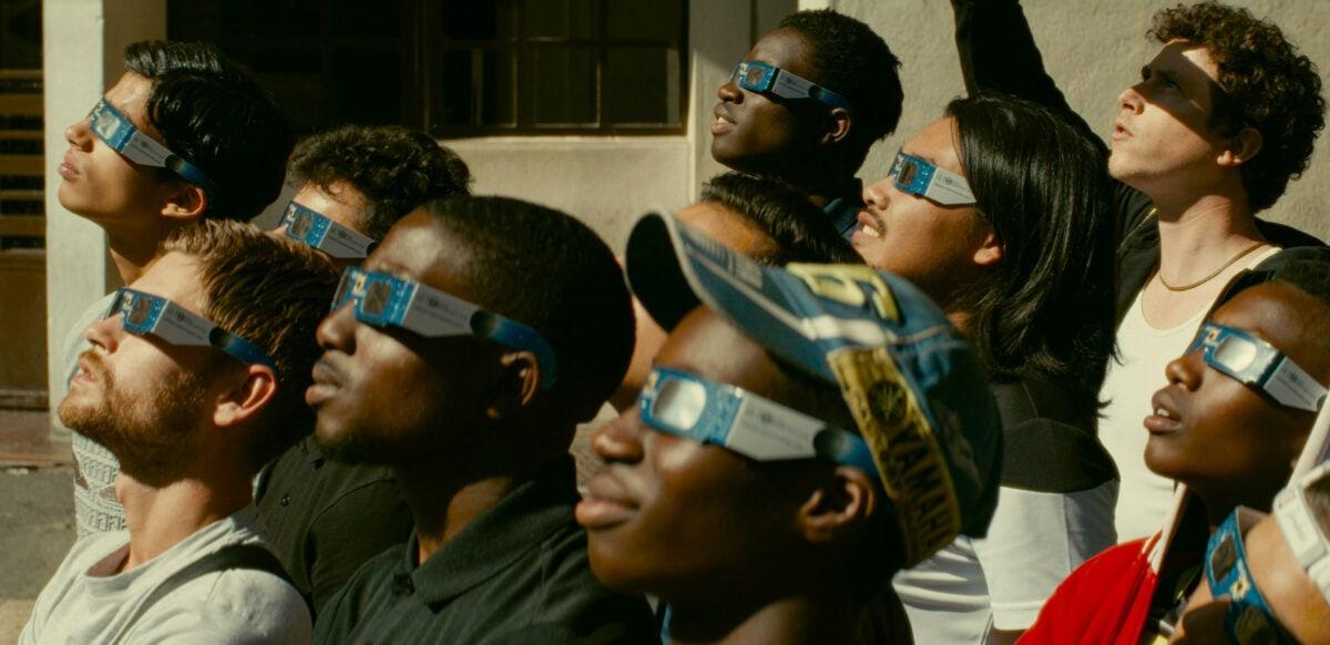 Les jeunes de la cité regarde l'éclipse solaire dans Gagarine