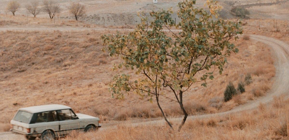 La voiture de M. Badii circule dans le désert dans Le Goût de la cerise