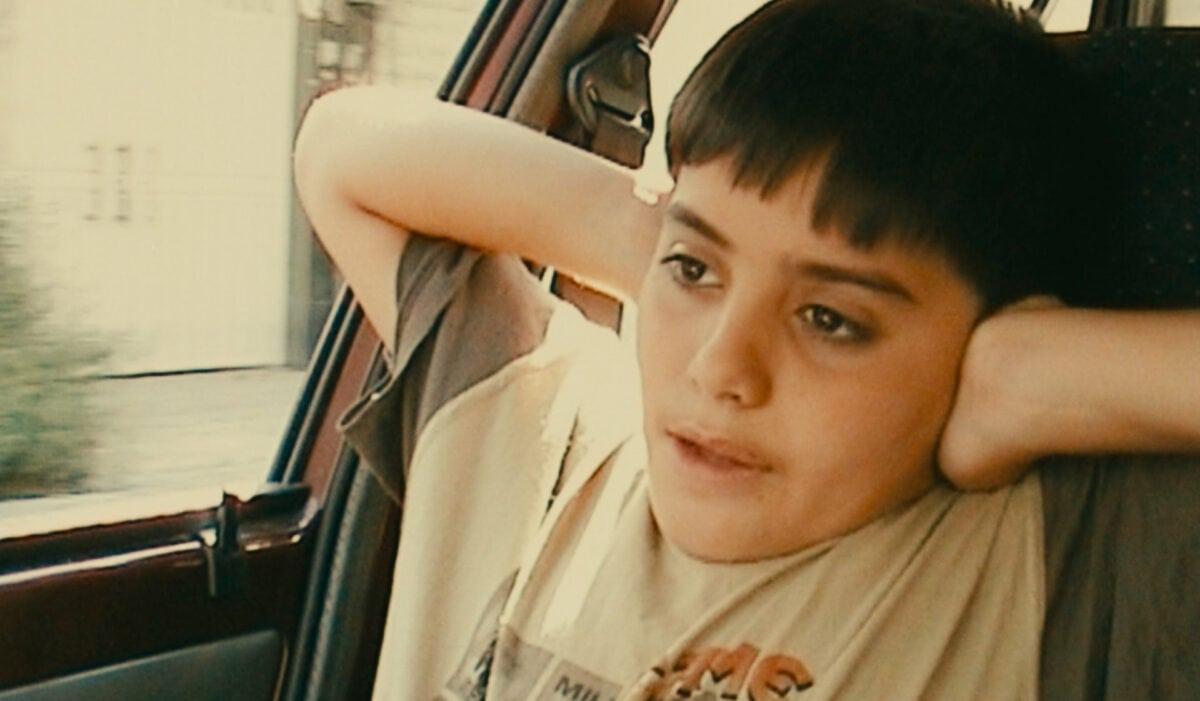 L'enfant assis dans la voiture dans Ten