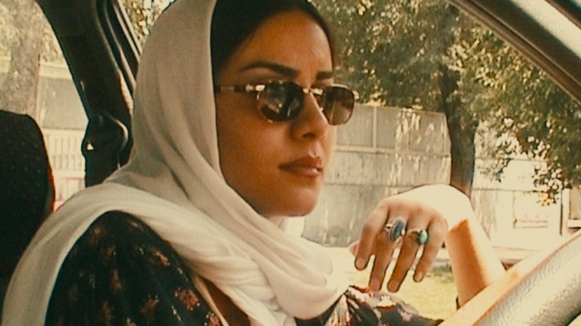 La conductrice (Mania Akbari) au volant de la voiture dans Ten