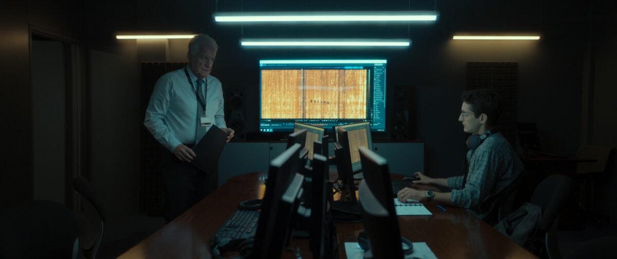 Mathieu Vasseur (Pierre Niney) et Philippe (André Dussollier) dans leur bureau dans Boîte noire