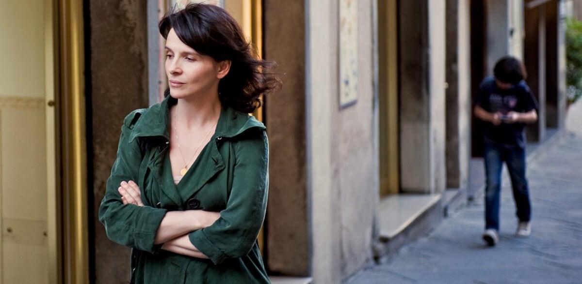 Juliette Binoche dans la rue dans Copie conforme