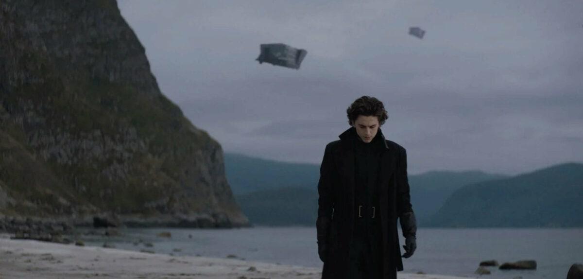 Paul Atréides (Timothée Chalamet) et des vaisseaux spatiaux dans Dune