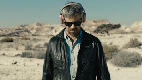 Y (Avshalom Pollak) dans le désert dans Le Genou d'Ahed