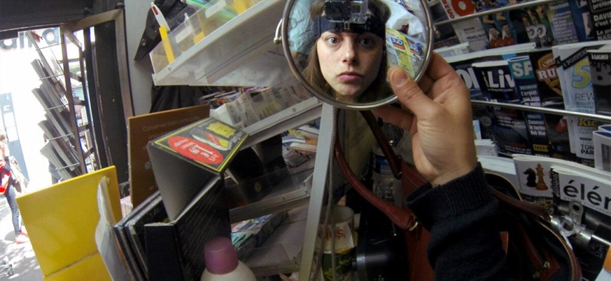 Alexandra Pianelli se filme dans une loupe dans Le Kiosque