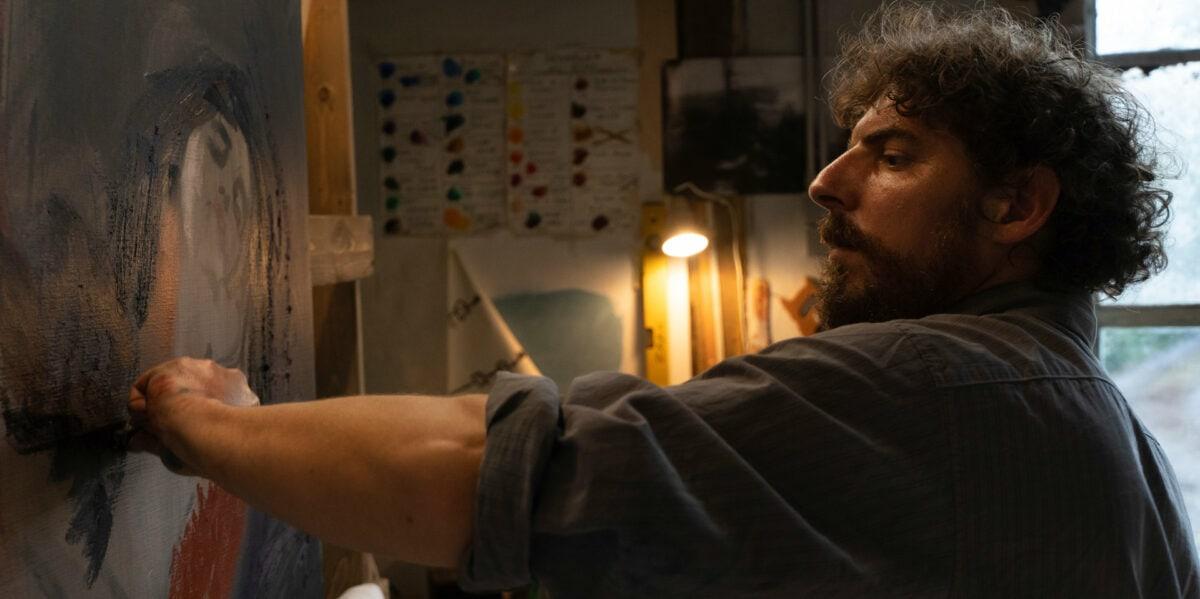 Le peintre Damien (Damien Bonnard) dans son atelier dans Les Intranquilles