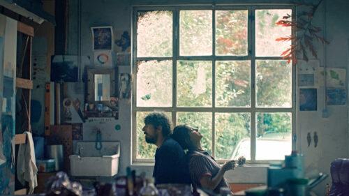 Leïla (Leïla Bekhti) et Damien (Damien Bonnard) assis dos à dos dans l'atelier dans Les Intranquilles