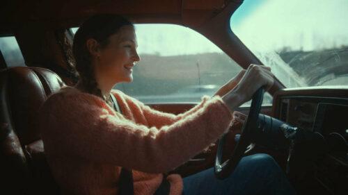 Clarisse (Vicky Krieps) au volant de sa voiture dans Serre moi fort