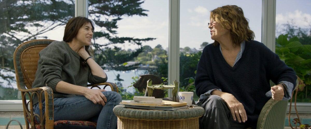 Jane Birkin et Charlotte Gainsbourg discutent sur la terrasse de leur maison de campagne dans Jane par Charlotte