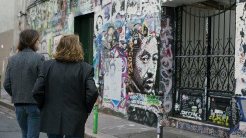Jane Birkin et Charlotte Gainsbourg devant la maison (musée) de Serge Gainsbourg à Paris dans Jane par Charlotte