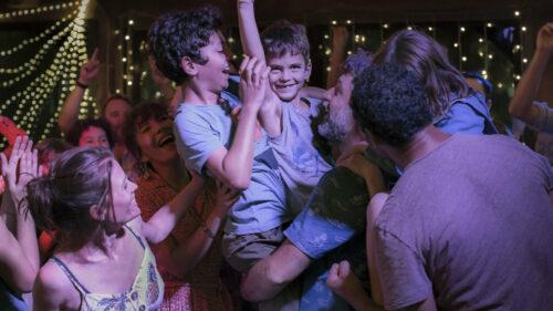 Simon et les enfants dansant au camping dans La Vraie famille