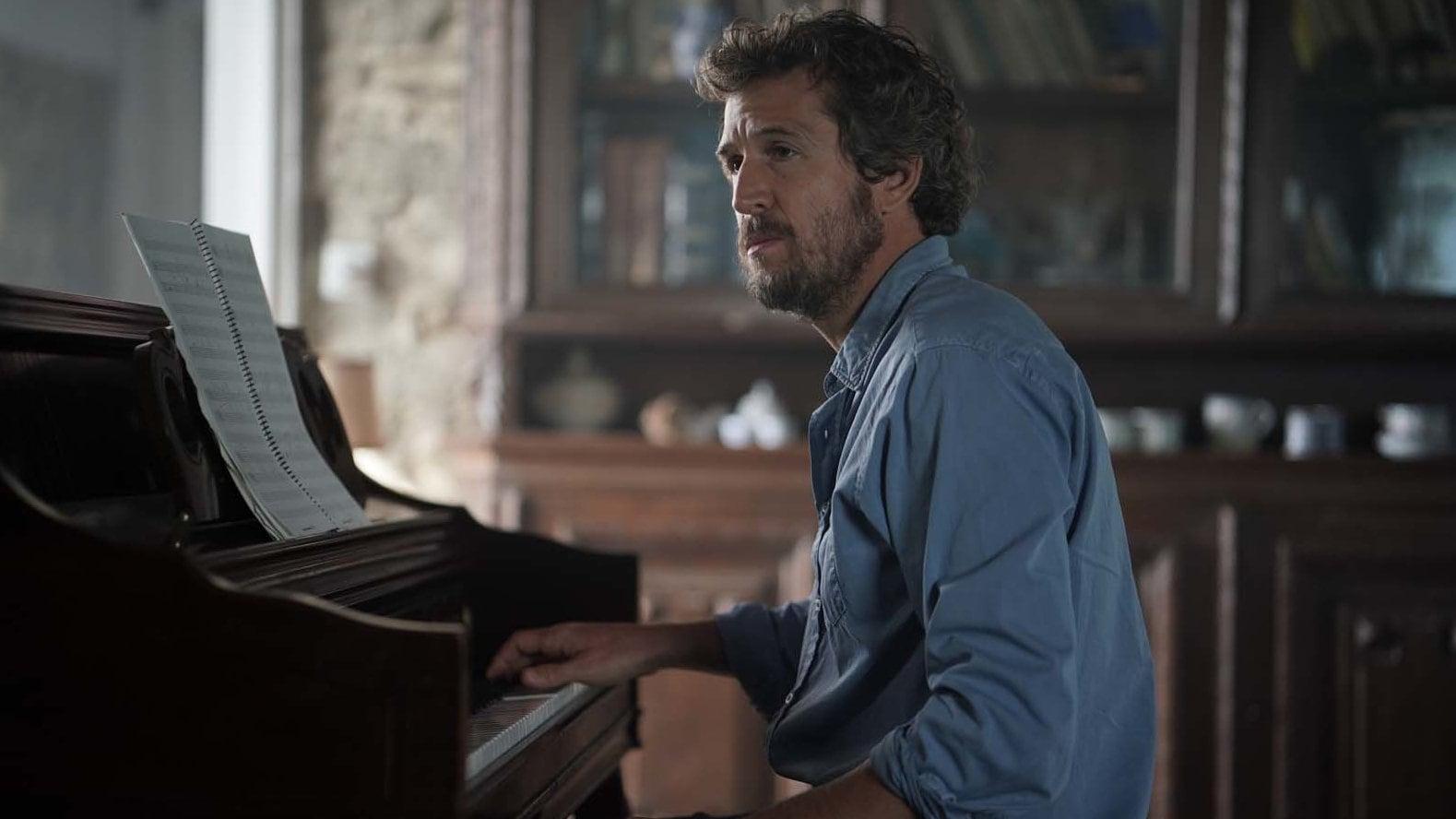 Guillaume Canet au piano dans Lui