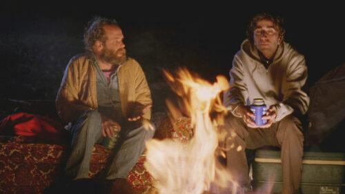 Daniel London et Will Oldham autour d'un feu dans la forêt dans Old Joy